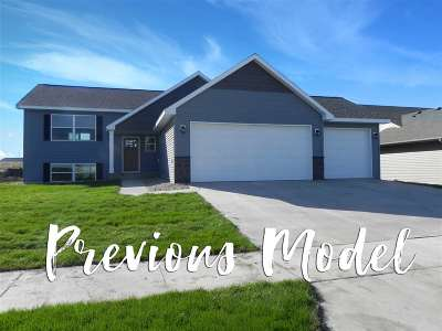 Minot Single Family Home For Sale: 45 Mulberry Loop NE