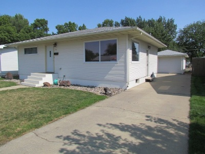 Minot Single Family Home For Sale: 10 NW 20th St