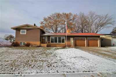 Minot Single Family Home For Sale: 602 Forest Rd.