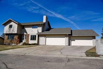 Bottineau County, Burke County, Divide County, McHenry County, McLean County, Mountrail County, Pierce County, Ramsey County, Renville County, Rolette County, Ward County, Wells County, Williams County Single Family Home For Sale: 720 27th Court NW