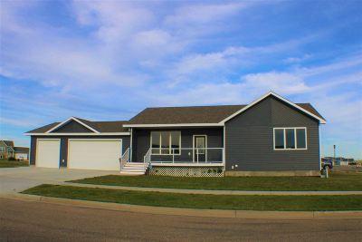 Minot Single Family Home For Sale: 60 NE Mulberry Loop NE
