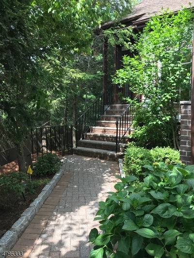 New Providence Condo/Townhouse For Sale: 8 Murray Hill Mnr #8
