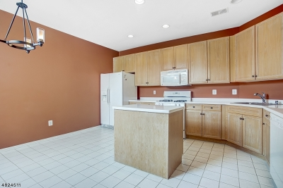 Livingston Twp. Condo/Townhouse For Sale: 513 Regal Blvd
