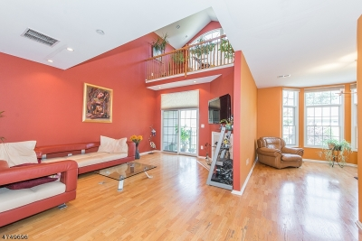 Livingston Twp. Condo/Townhouse For Sale: 113 Regal Blvd