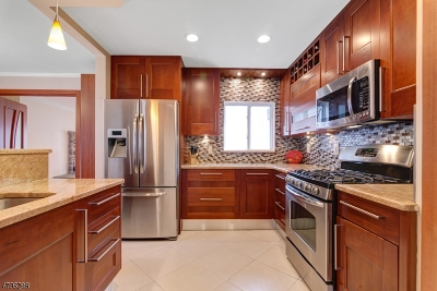 Livingston Twp. Single Family Home For Sale: 24 Bryant Dr