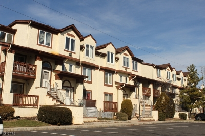 Woodbridge Twp. Condo/Townhouse For Sale: 208 Michaels Court