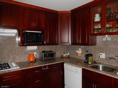 Montclair Twp. Condo/Townhouse For Sale: 530 Valley Rd C001y #1Y