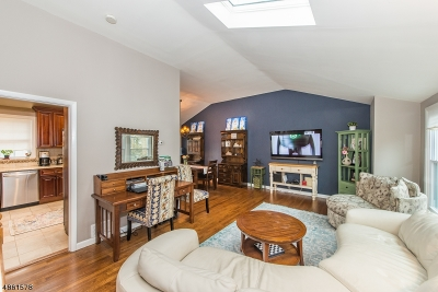 Livingston Twp. Single Family Home For Sale: 44 Heron Rd