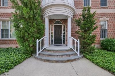 Livingston Twp. Condo/Townhouse For Sale: 45 Carillon Cir