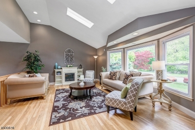 Springfield Single Family Home For Sale: 39 Smithfield Dr