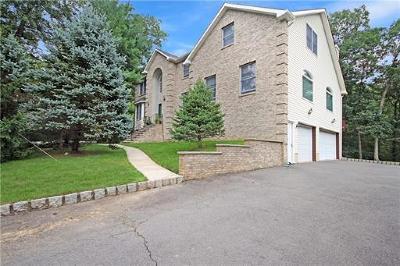 East Brunswick Single Family Home For Sale: 9 Fernwood Court