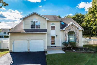 Howell Single Family Home Under Contract: 2 Sherrybrooke Drive