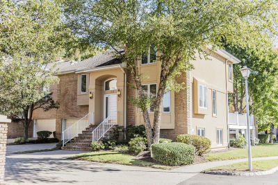 Holmdel Condo/Townhouse For Sale: 123 Woodlake Court #N123