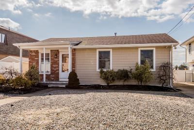 Toms River Single Family Home For Sale: 26 Clearwater Way