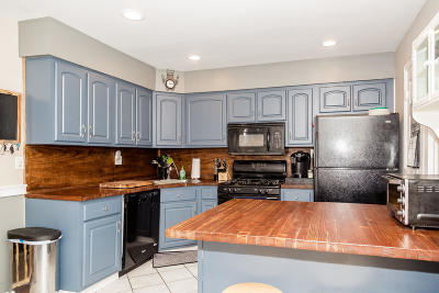 Freehold Condo/Townhouse For Sale: 37 Kingsley Way