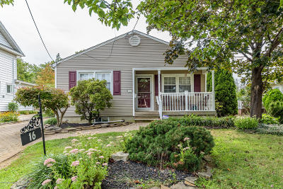 Freehold Single Family Home For Sale: 16 Club Place