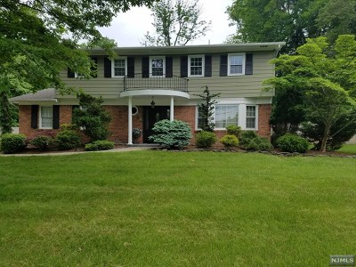 Upper Saddle River Single Family Home For Sale: 69 Oak Drive