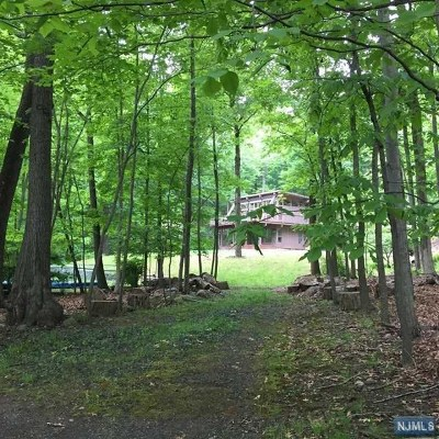Mahwah Single Family Home For Sale: 35 West Deerhaven Road