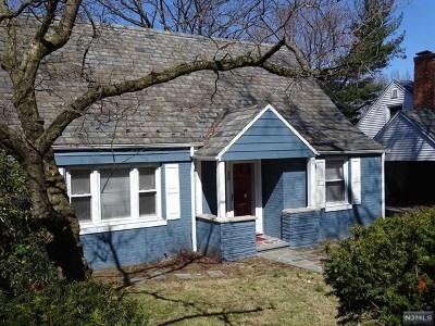 Englewood Single Family Home For Sale: 586 Ridgeland Terrace