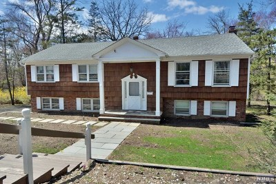Mahwah Single Family Home For Sale: 557 Wyckoff Avenue