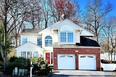 Paramus Single Family Home For Sale: 692 Seagull Drive