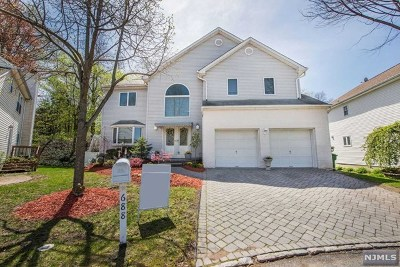 Paramus Single Family Home For Sale: 688 Seagull Drive