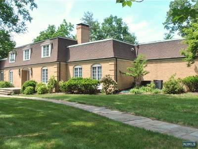 Mahwah Single Family Home For Sale: 688 Wyckoff Avenue