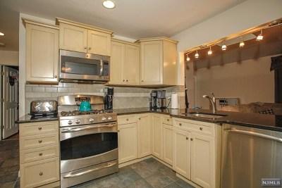 Oakland Single Family Home For Sale: 31 Walnut Street