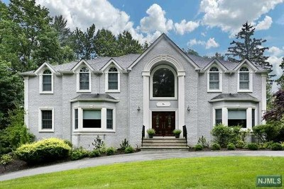 Upper Saddle River Single Family Home For Sale: 2 Midland Drive