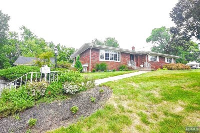 Paramus Single Family Home For Sale: 146 Lawrence Drive