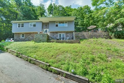 Pompton Lakes Single Family Home For Sale: 80 Summit Avenue
