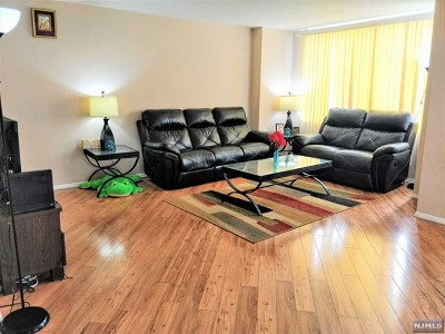 Secaucus Condo/Townhouse For Sale: 806 Harmon Cove Tower