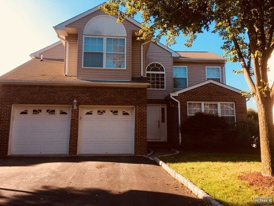 Paramus Single Family Home For Sale: 665 Seagull Drive