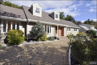 Paramus Single Family Home For Sale: 14 Palm Court