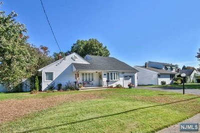 Fair Lawn Single Family Home For Sale: 15-34 Eberlin Drive