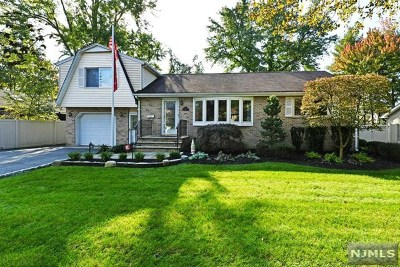 Paramus Single Family Home For Sale: 76 Willowbrook Court