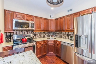 Clifton NJ Condo/Townhouse For Sale: $384,900