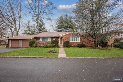 Bergenfield Single Family Home For Sale: 40 Hampton Court