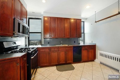 Jersey City Condo/Townhouse For Sale: 2600 John F Kennedy Boulevard