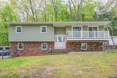 Pompton Lakes Single Family Home For Sale: 104 Summit Avenue