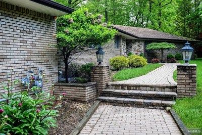 Bergen County Single Family Home For Sale: 560 Barr Court