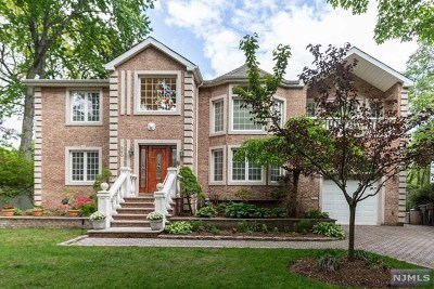 Paramus Single Family Home For Sale: 290 Oakwood Drive