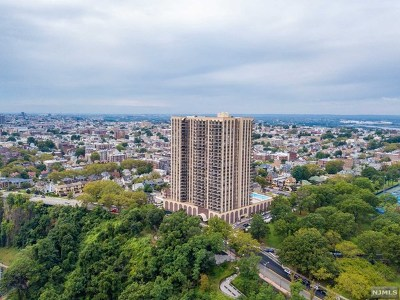 North Bergen Condo/Townhouse For Sale: 7855 Boulevard East #27i