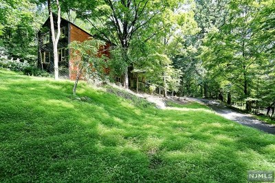 Upper Saddle River Single Family Home For Sale: 11 Midland Drive