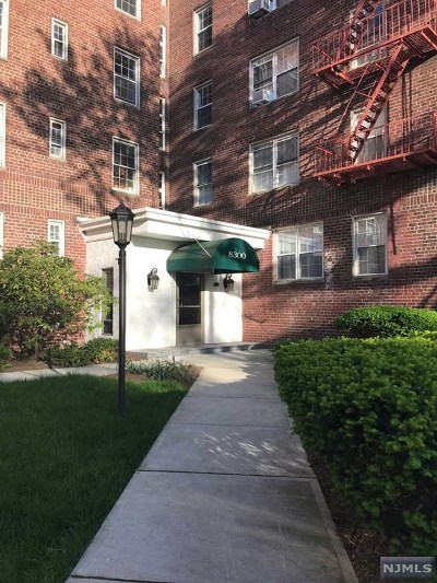 North Bergen Condo/Townhouse For Sale: 8300 Boulevard East #1a