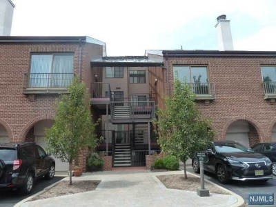 Teaneck Condo/Townhouse Under Contract: 6 Millay Court #6