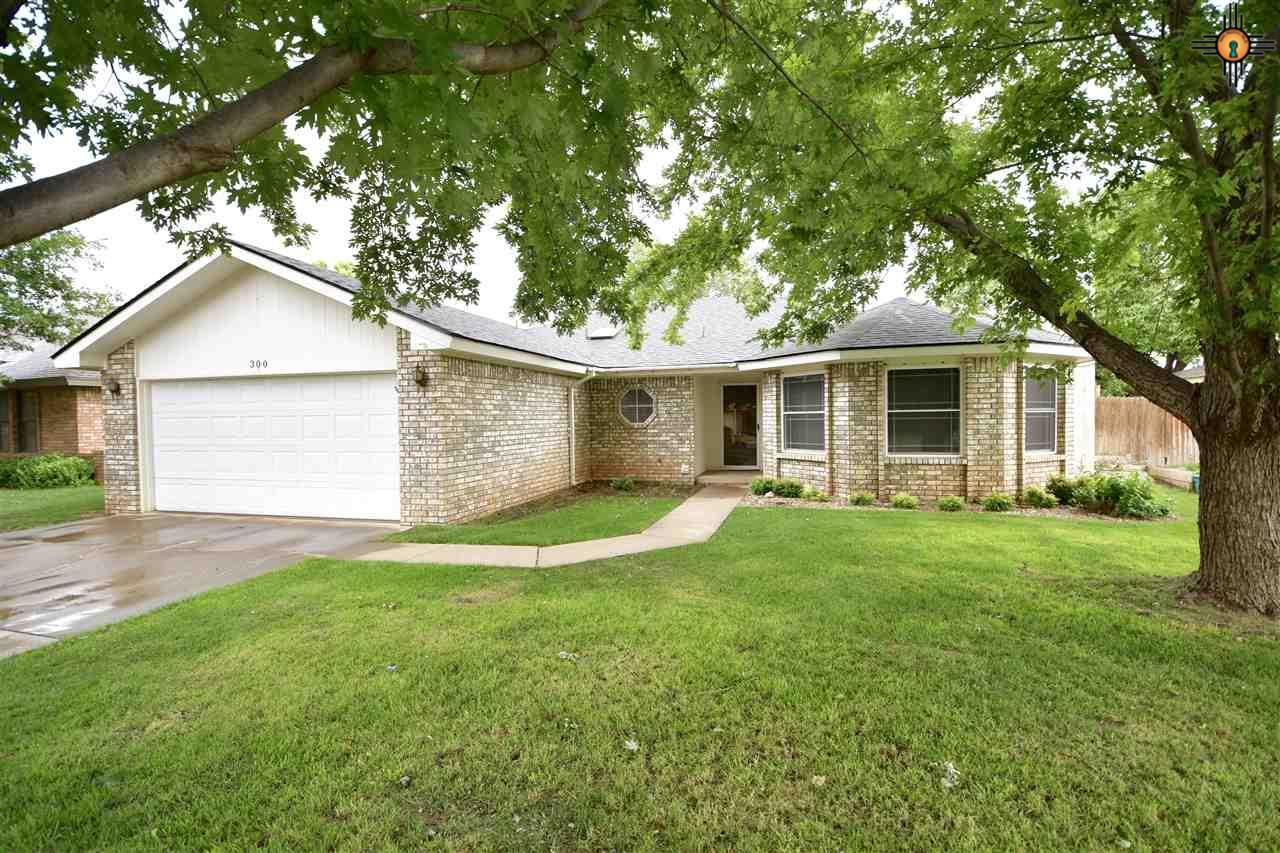 4 bed / 2 full, 1 partial baths Home in Clovis for $219,500