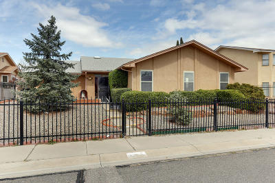 Bernalillo County Single Family Home For Sale: 7509 Parkwood Drive
