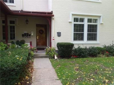 Condo/Townhouse A-Active: 125 Grove Drive 4a