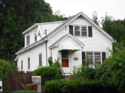 Niskayuna Single Family Home For Sale: 429 Stanford Av